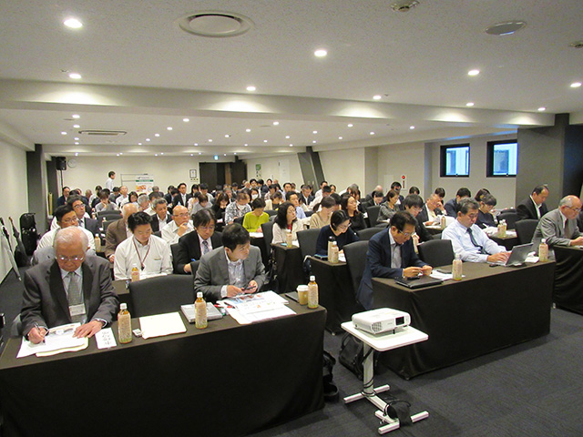 写真①=雨の中、大勢の人が参加した東京会場の講習会(10月25日、TKP東京駅セントラルカンファレンスセンターホール)