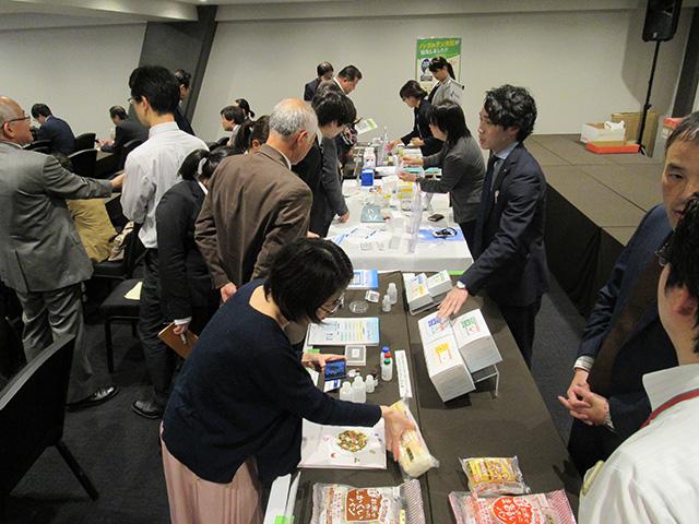 写真④=検査キットメーカー3社(森永生科研、日本ハム、プリマハム)の協力を得て実施された実演コーナー(東京会場)