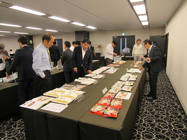 写真③=日本米粉協会会員企業10社の協力を得て展示された米粉製品サンプル(大阪会場)